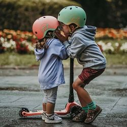 Шлем защитный с маячком Scoot and Ride