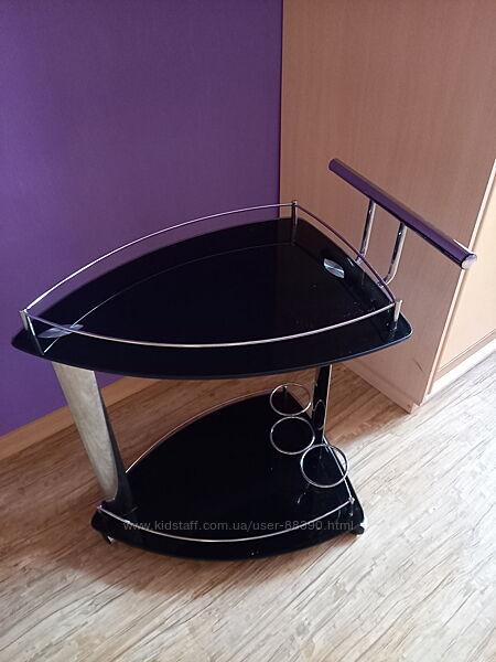 Стеклянный столик на колёсиках