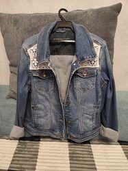 Красивая джинсовая куртка
