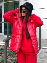Стеганые куртки жилеты с капюшоном. Яркие цвета.