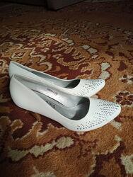 Белые туфли с серебристыми стразами новые 36 размер обмен