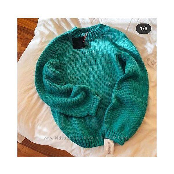 Яркий мохеровый свитер с объемными рукавами
