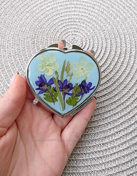 Карманное зеркало с настоящими цветами, форма сердечко
