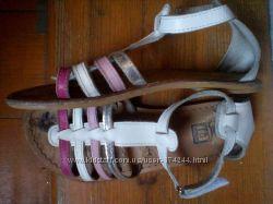 блестящие кожаные босоножки с задником 32 р р