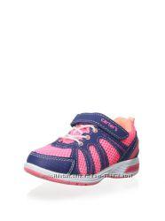 Кроссовки легкие, мигающие на девочек EUR 27. Carters США