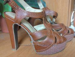 Красивые фирменные босоножки на высоком каблуке