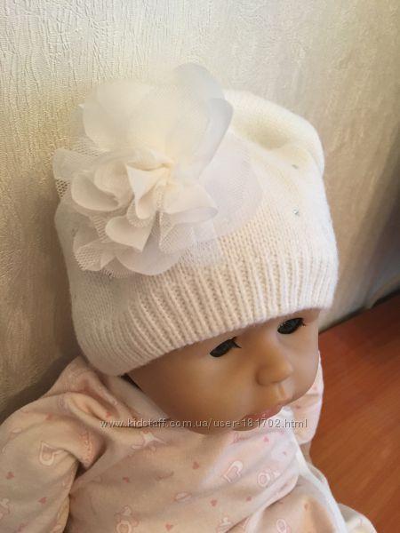 Продам демисезонную белую шапку Childrens Place