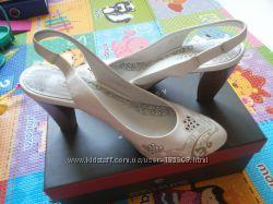белые босоножки Carnaby 38 размер на ногу 24-24. 5