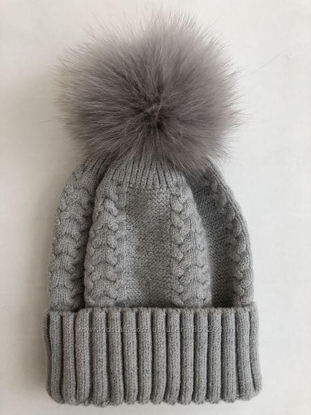 Зимняя шапка с натуральными помпонами бубонами енот