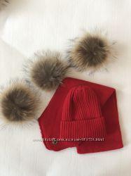Комплект зимний шапка и шарф с натуральными бубонами из меха енота