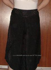 Заманчивые капри-юбка с заклепками на кокетке.