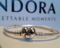 Браслет Pandora из серебра с застежкой в виде сердца.