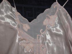 Красивая фирменная  Ночная рубашка с вышивкой