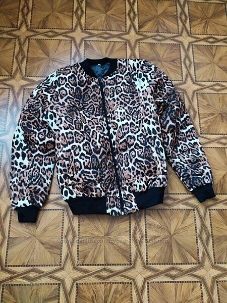 Стильная куртка бомбер в модном тигровом принте.