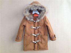 Детское утепленное пальто с меховой опушкой.