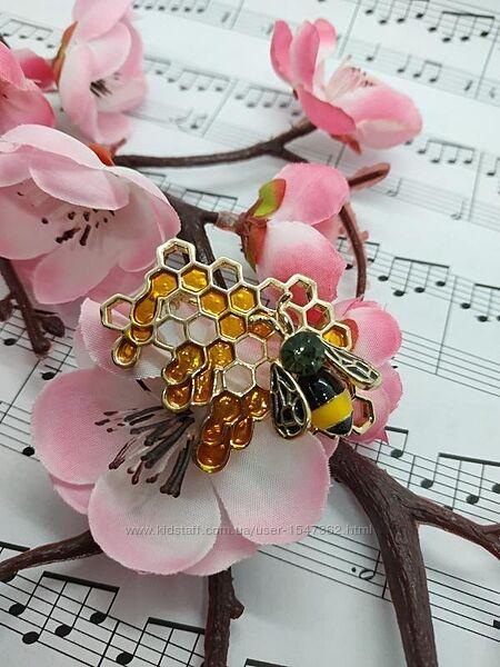 Нежная брошь пчела с сотами, эмаль, брошка пчелка