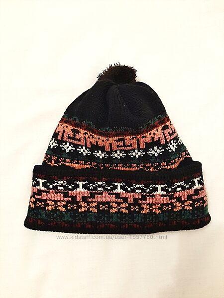 Выразительная шапочка чёрная двойной вязки с помпоном демисезон-зима