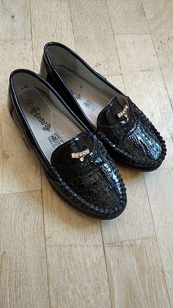 Закриті лакові туфлі