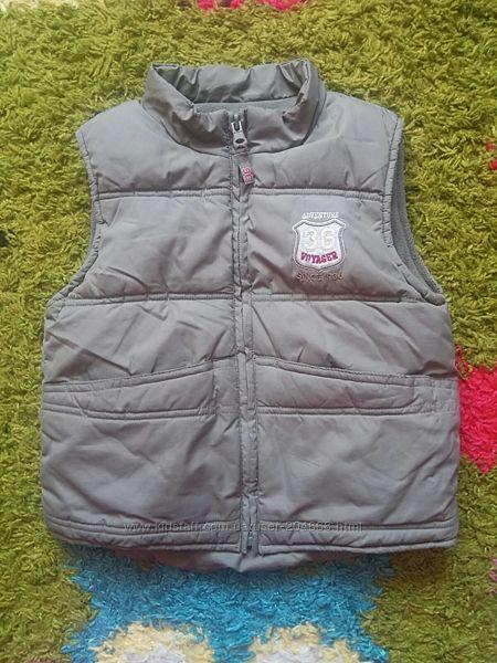 Теплая практичная куртка жилетка безрукавка