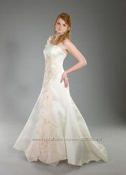 Свадебное платье со шлейфом. Новое.