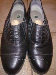 Туфли мужские кожаные с металлическими набойками на подошве и каблуке.