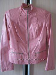 Розовая кожанная курточка р. S супер стильная