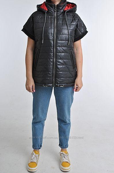 Легкие жилеты в небольшим рукавом и съемным капюшоном