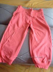 Прикольные фирменные спортивные капри персикового цвета.