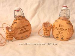 Сувенирная бутылка и стаканы