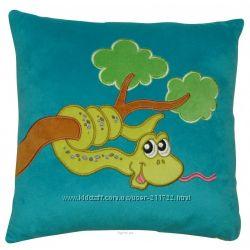 Веселые подушечки с аппликацией змейки дополнит интерьер детской комнаты