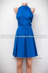 Красивое синее платье под горло, открытая спина