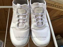 Білосніжні кросівки