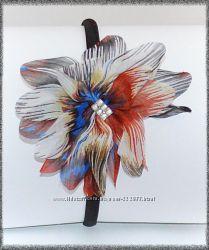Ободок для волос украшен цветком из ткани