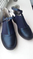 Продам очень красивые ботиночки-туфли темно-синего цвета