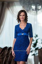 Красивое  гипюровое  платье с умопомрачительным  декольте.