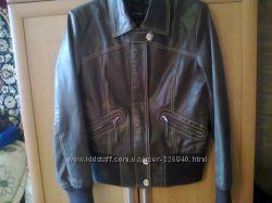 Коричневая кожанная курточка с довязами л-ка