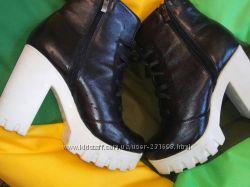 Ботинки черные с белой подошвой 40рр