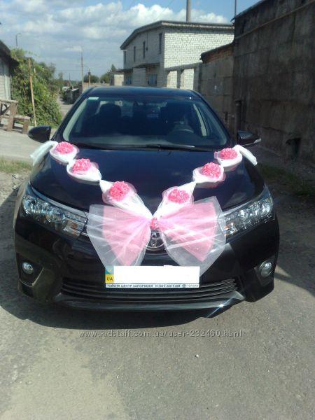 Украшение на машину в бело-розовой гамме