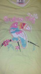 Фирменная яркая футболка с туканом для девочки