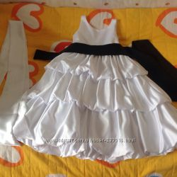 Нарядное, белое, атласное платье.