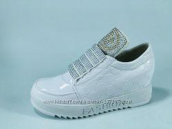 Продам новые кроссовки для девочек. Размеры-33-38. Кожа лак. Цвет-белый, чё