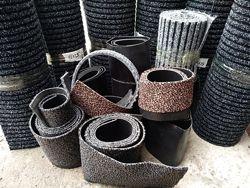 Обрезки ворсовых ковров разного цвета и текстуры