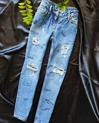 Бойфренды джинсы рваные надписи next