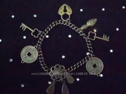 Продам браслет новый с подвесами брелоками