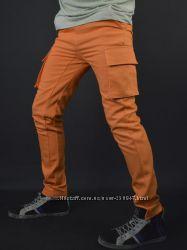 узкие джинсы с карманами карго для мужчин