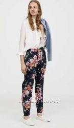Яркие синие летние женские брюки в цветы H&M