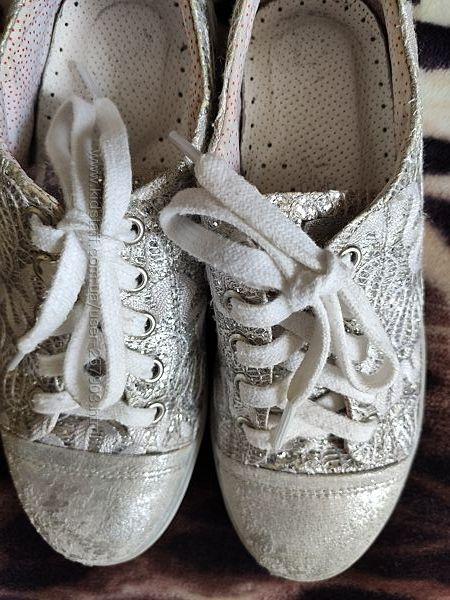 Продам нарядные мокасини- кроссовки 34 р белые с серебристым
