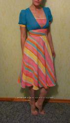 Платье яркое, подчёркивает фигуру