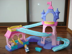 Замок принцесс с лошадками Little People от Fisher Price