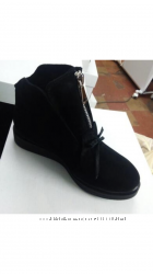 Стильные чёрные замшевые ботинки